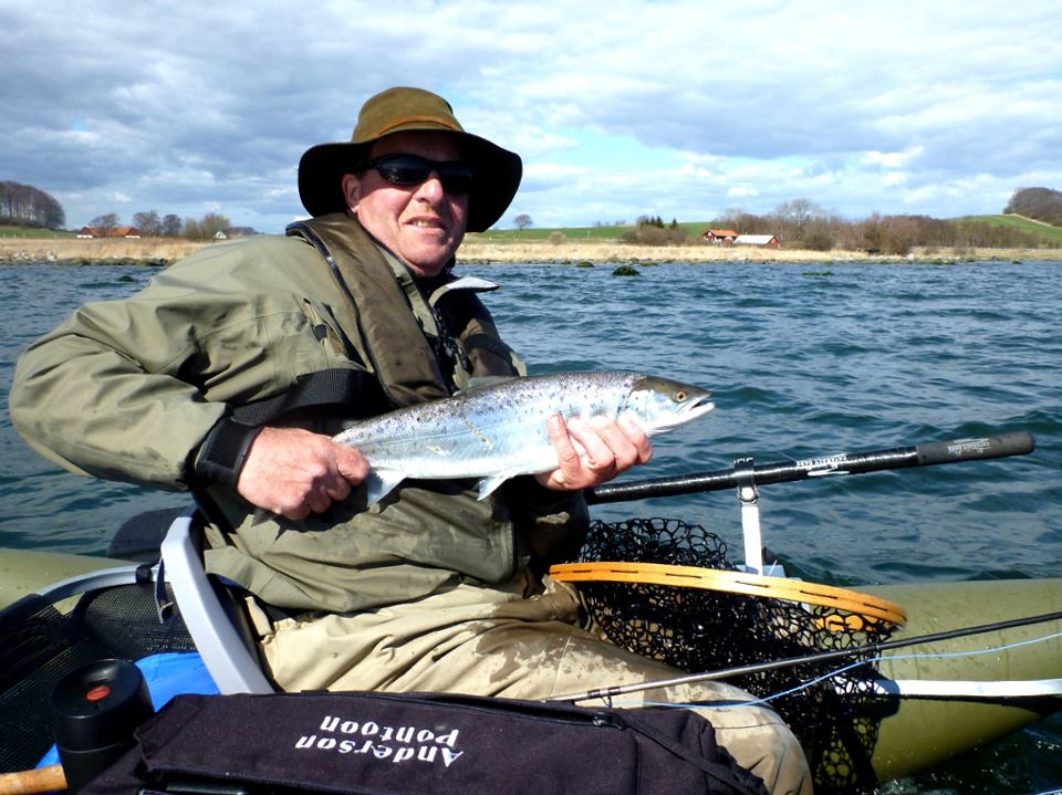Luksus fiskeri på vandet med en pontonbåd