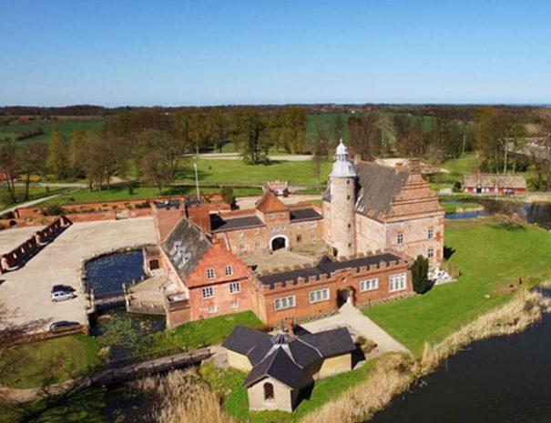Fishing Lodge Fyn på Broholm Slot set fra luften